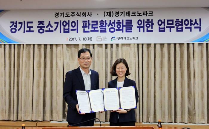 경기도주식회사와 경기테크노파크는 18일 경기테크노파크 중회의실에서 업무 협약(MOU)을 체결했다. 이강석 경기테크노파크원장(왼쪽)과 김은아 경기도주식회사 대표.