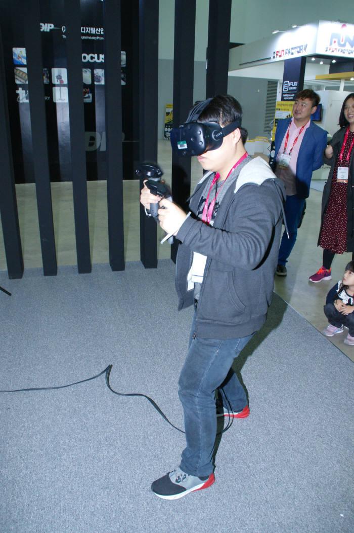 최근 국내 VR업계는 시각정보와 신체 움직임의 불균형에 따른 'VR멀미'를 해결하면서 실감나는 체험기회를 제공할 수 있도록 VR모션장비 개발쪽으로 가닥을 잡고 있다. (사진=전자신문DB)