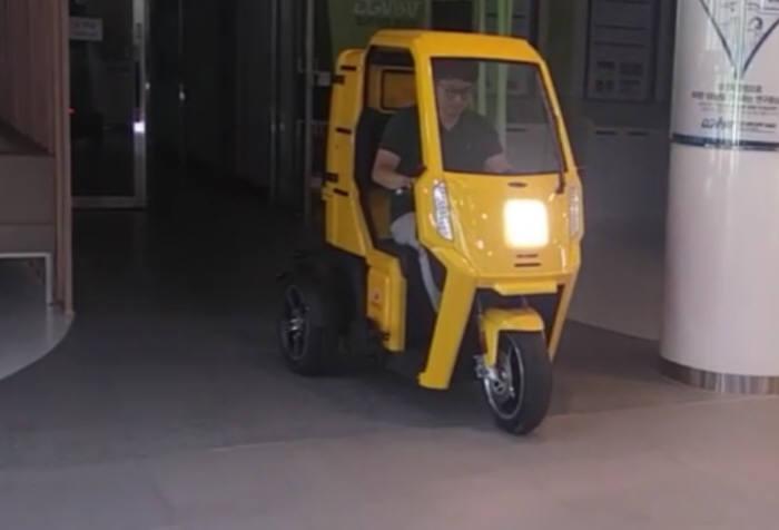 운행 테스트 중인 그린모빌리티 삼륜전기차 동영상 캡쳐 사진.