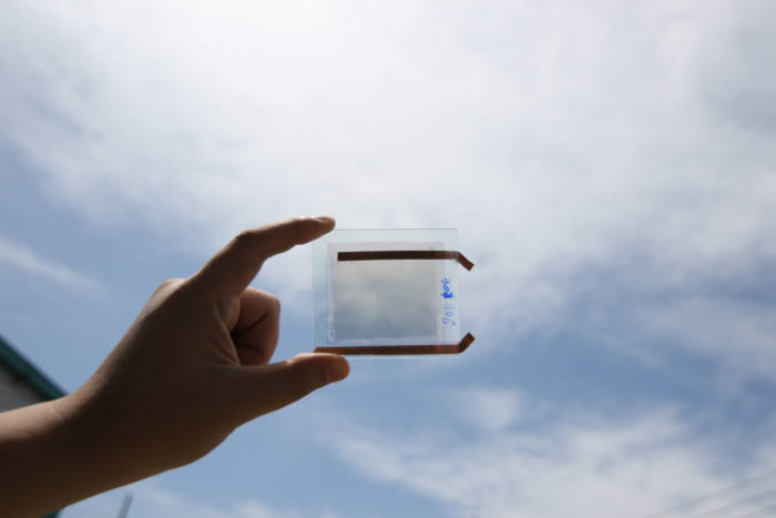 전기변색 유리 워킹샘플 투과율을 높이면 일반 창문처럼 투명해진다.(자료 : 립하이)