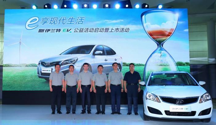 현대자동차 중국 법인 베이징현대는 7일(현지시간) '아반떼 HD(중국명 위에동)'에 기반을 둔 전기차 '위에동EV'를 출시했다. 현대자동차의 중국 전략형 전기차 '뉴 위에동 EV'와 베이징현대 직원들. <현대자동차 제공>