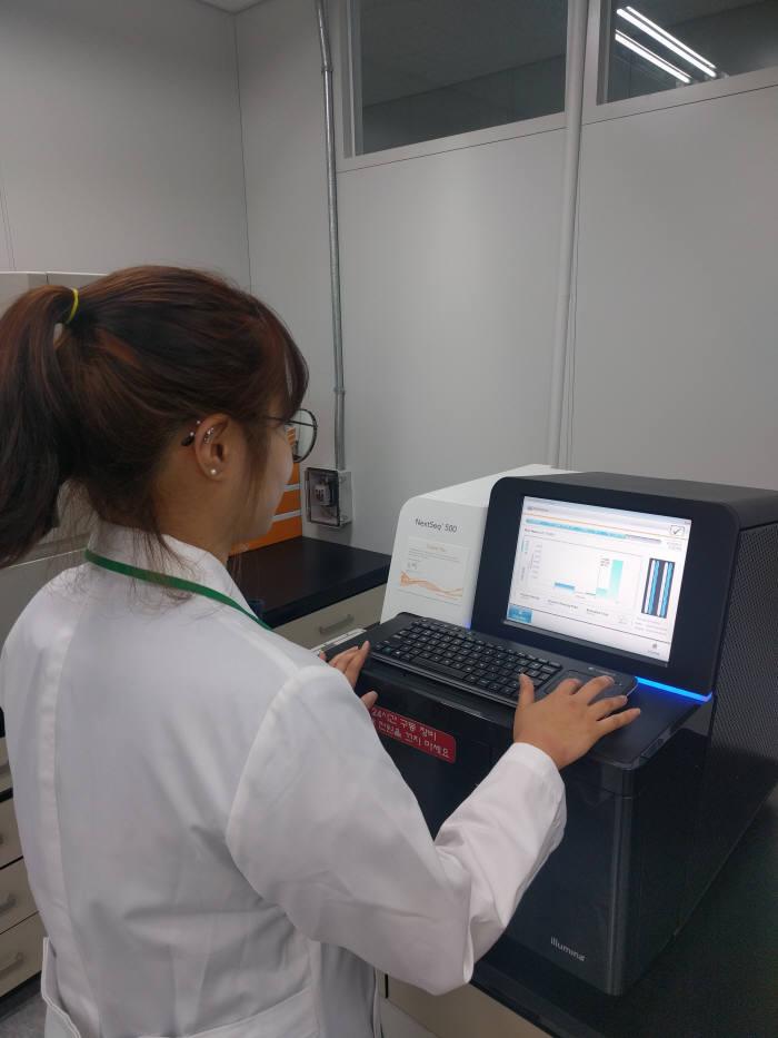 국립농업과학원 연구원이 농생물 유전체 해독을 하고 있다.