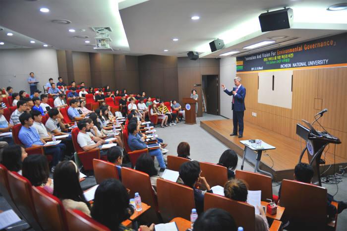 에릭 솔하임 유엔환경계획 사무총장이 '환경 거버넌스를 위한 혁신과 비전'을 주제로 인천대학교에서 특강을 했다.