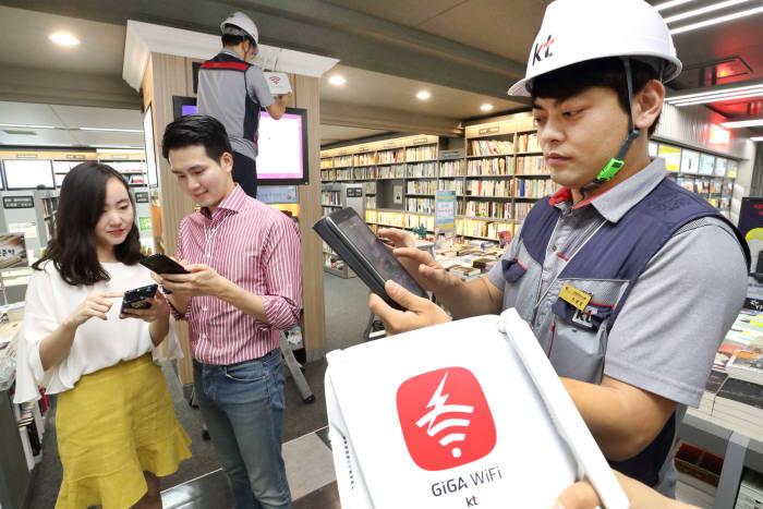 KT는 11일 전국민 대상 10만 WiFi AP 개방을 완료하고 KT 스마트폰 전 고객 WiFi 서비스 기본 제공, 지하철 객실 WiFi 장비 교체 등 KT WiFi 서비스 향상에 나선다고 밝혔다. 사진은 KT 직원들이 10일 WiFi 장비 교체 작업을 진행하는 모습.