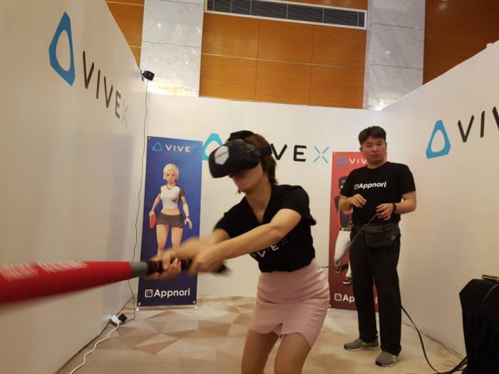 대만 바이브랜드에 입점한 앱노리의 VR게임 '베이스볼 킹즈' 체험 모습.