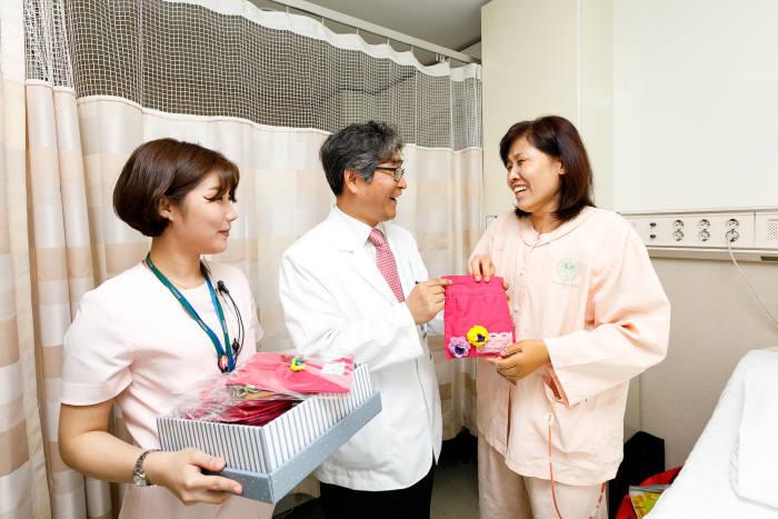 이대여성암병원이 주최한 '새생명 나눔이 프로젝트'에서 의료진이 암 완치 환우가 만든 배액주머니를 전달하고 있다.