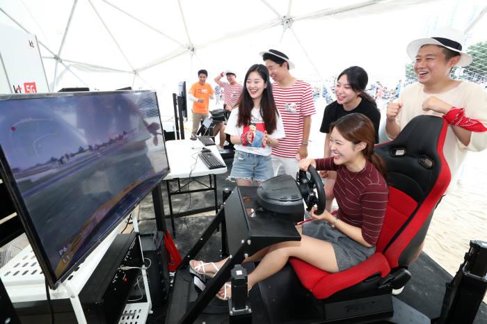 부산 해운대 5G 랜드 초대형 돔 텐트를 찾은 관람객이 VR어트랙션을 즐기는 모습.