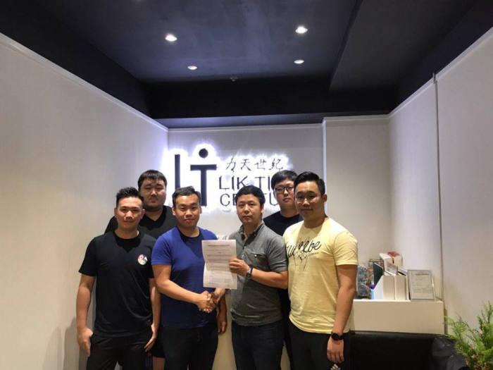 토종 핀테크기업 포켓모바일이 핀테크기업 최초로 라이선스와 제품을 패키지로 해외에 수출한다. 박진홍 포켓모바일(오른쪽 세번째) 대표가 릭틴센츄리그룹 관계자들과 공급계약 체결 후 기념촬영했다.