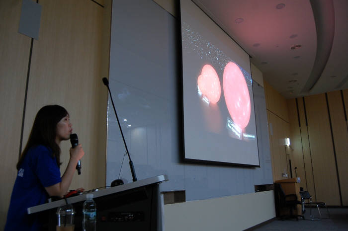 홍주은 다이노천문교실 연구원이 우주 원리를 설명하고 있다.