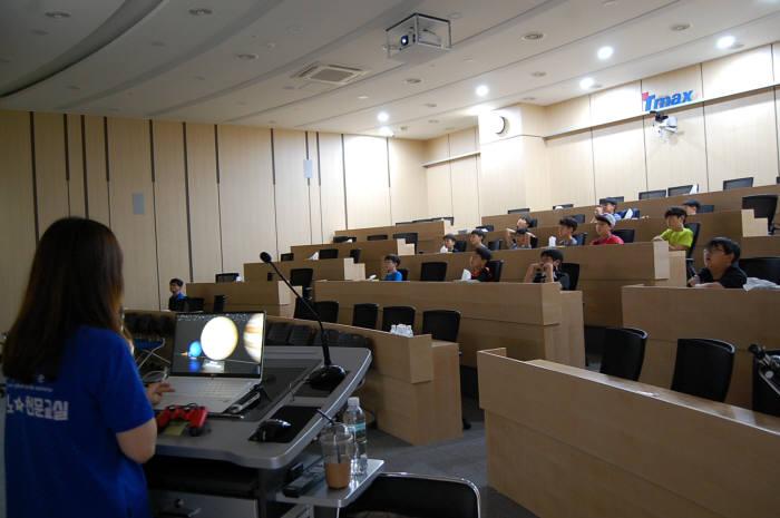 3회 드림업 SW교육에 참여한 학생들이 홍주은 연구원 발표를 듣고 있다.