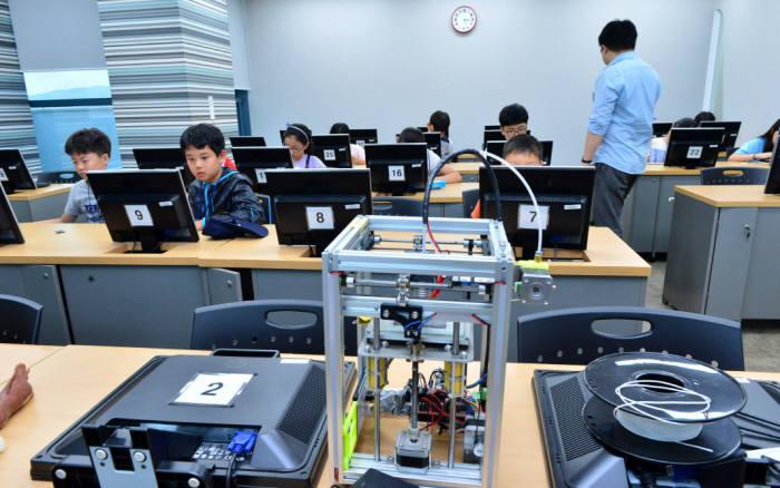 학생들이 3D프린팅 분야를 체험하고 있다.