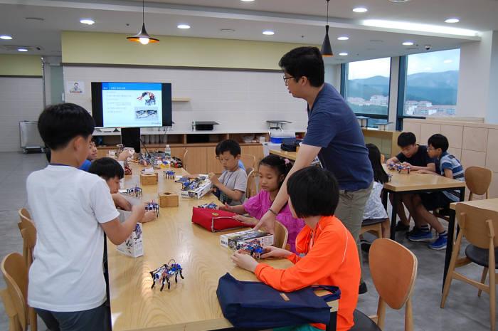 이승철 펀알펀 대표가 학생과 함께 로봇을 조립하고 있다.