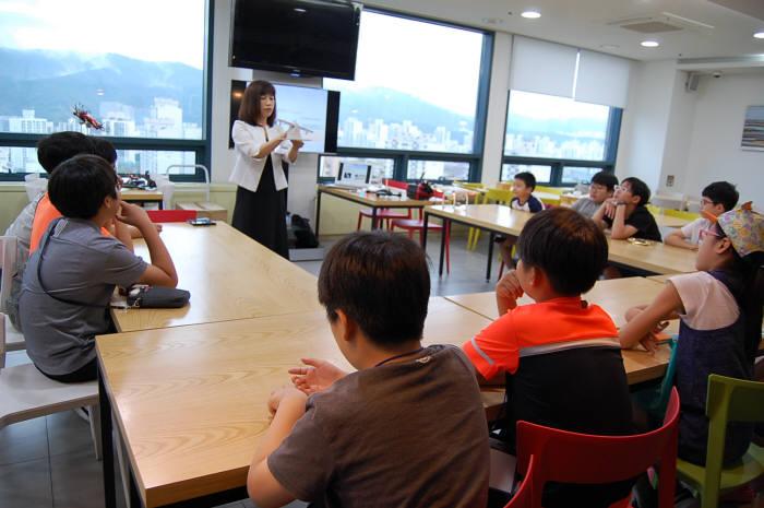 박영옥 네온테크 과장이 드론 원리를 설명하고 있다.