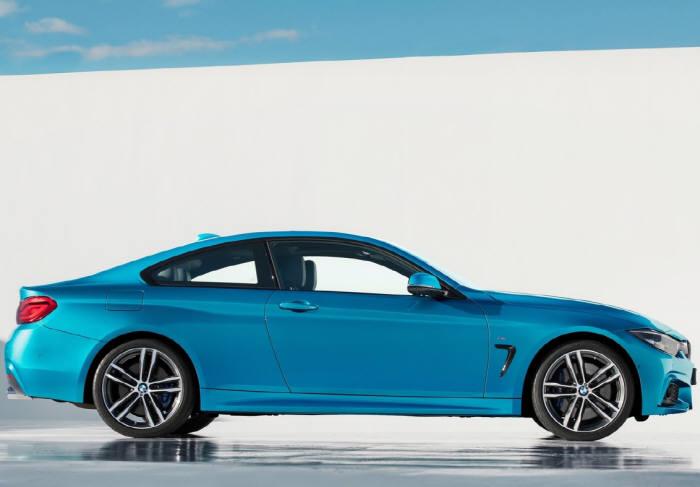 BMW 뉴 4시리즈 쿠페의 측면 모습. 매끈한 쿠페의 비율을 보여준다.