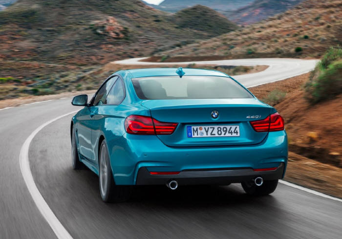 BMW 뉴 4시리즈 쿠페의 주행 모습. 낮은 무게 중심과 단단한 서스펜션 덕분에 정확한 핸들링을 보여준다.