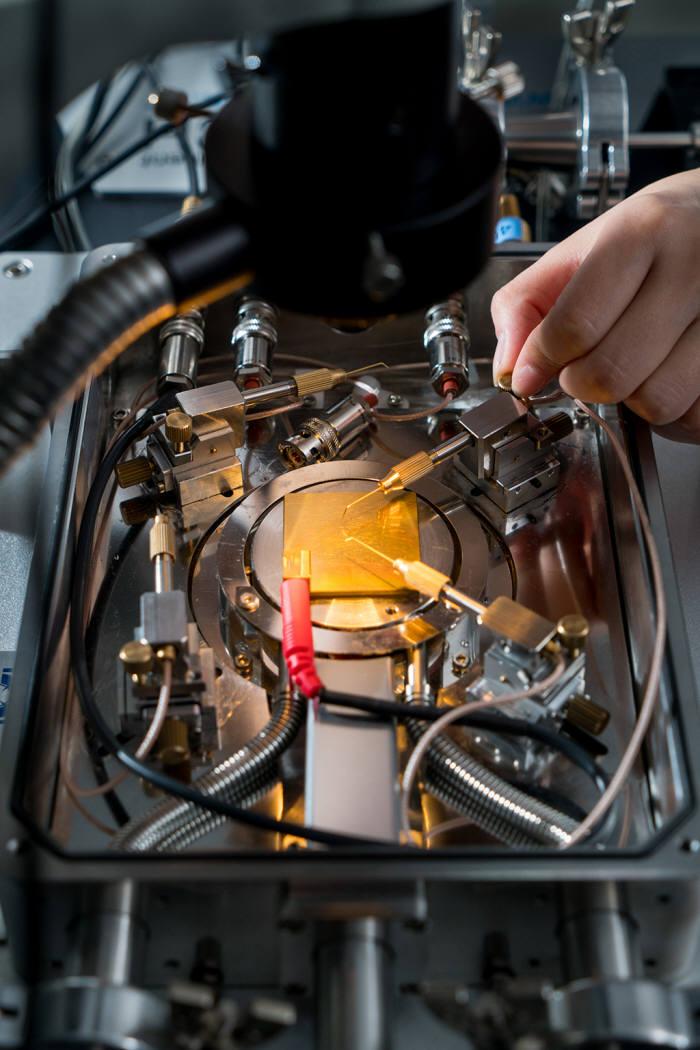 조창희 DGIST 교수팀에서 사용하고 있는 나노 신물질로 만든 광전환효율 측정 장치 출처 : 김진호 칼럼니스트