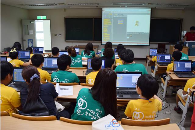 한 지역에서 열린 SW캠프 참가 학생들이 스크래치 수업을 받고 있다.