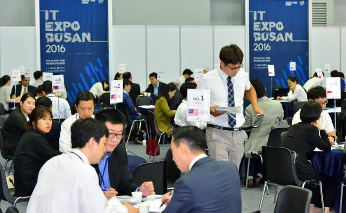 지난해 열린 IT엑스포 부산 비즈니스 상담회에서 전시 참가기업과 해외 바이어들이 미팅하고 있다.