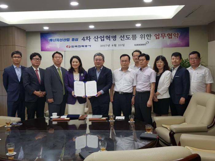 송혜자 우암코퍼레이션 회장(왼쪽 네번째)과 임청원 한국전력공사 인천지역본부장(왼쪽 다섯번째)이 협약 체결후 기념촬영했다.