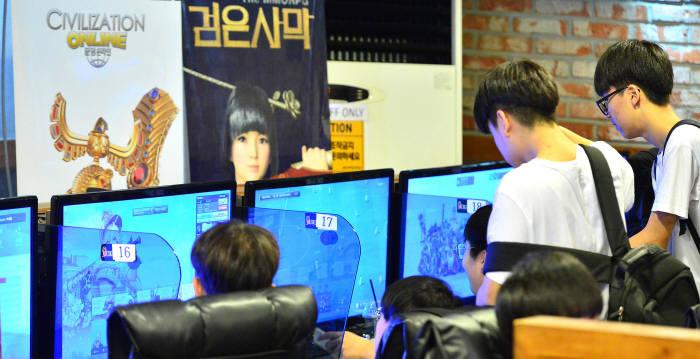 서울 화곡동 PC방에서 이용자들이 게임을 즐기고 있다.