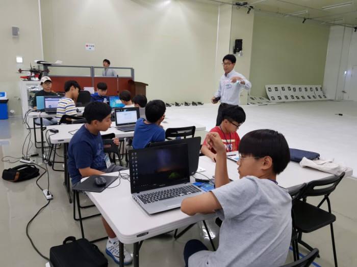 경기도 안양시 평촌 네온테크에서 열린 '제2회 드림업 SW 드론 아카데미'에서 학생들이 드론 동작 원리를 배우고 있다.