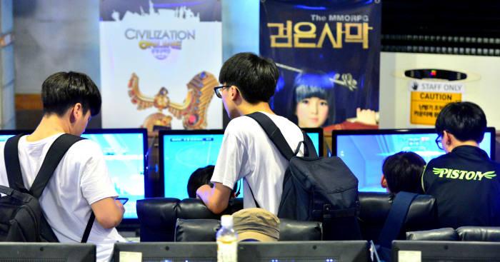 PC방에서 게임을 즐기는 이용자들