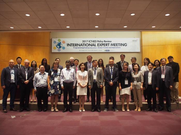 30일 서울 삼성동 코엑스에서 열린 '2017 주요협력국 ICT4ED 국제 전문가 워킹그룹회의'에서 참석자들이 행사를 마치고 기념촬영했다.