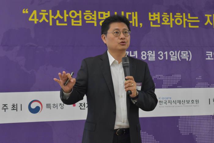 이창훈 미국특허변호사·변리사(아주)가 31일 서울 삼성동 코엑스에서 열린 '글로벌 IP전략 2017'에서 '미국 특허소송, 싸움 아닌 비즈니스' 주제를 발표하고 있다.