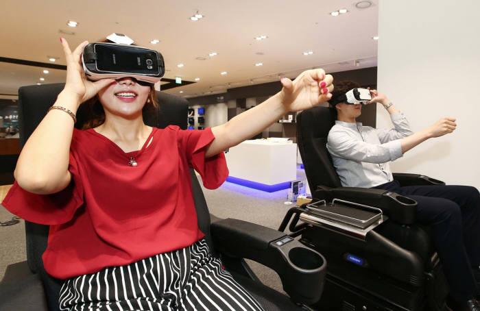 전자랜드 용산본점 리뉴얼 매장 모습. 고객들이 VR 체험을 하고 있다. 사진=전자랜드프라이스킹 제공