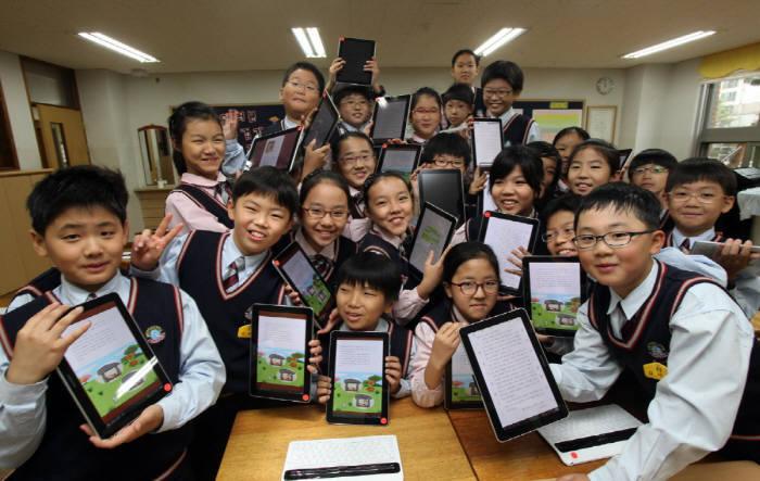 교육부가 2015년 개정 교육과정에 맞춰 초·중학교에 무선랜(와이파이)과 태블릿PC를 보급하는 등 디지털 교육을 지원하고 있다. <전자신문 DB>
