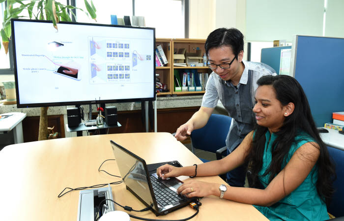 정연호 교수팀 연구진이 'LED를 이용한 스마트홈 모션 인식 기술'을 테스트하고 있다.