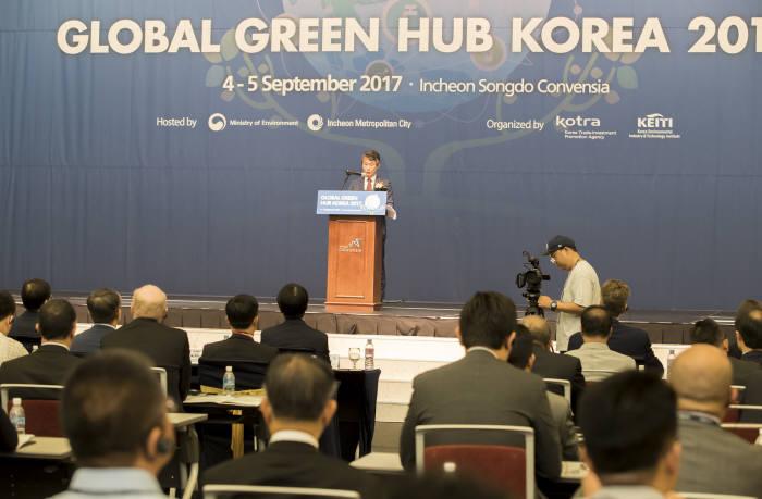 안병옥 환경부 차관이 4일 인천 송도 컨벤시아에서 개최된 '글로벌그린허브코리아2017'에서 축사를 전했다. [자료:환경부]