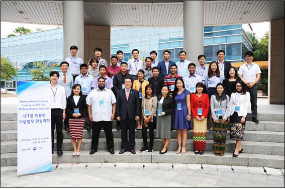 남재철 기상청장(맨 앞줄 왼쪽 네번째)과 ICT를 이용한 기상업무 향상 과정 참가자들이 기념촬영 했다. [자료:기상청]
