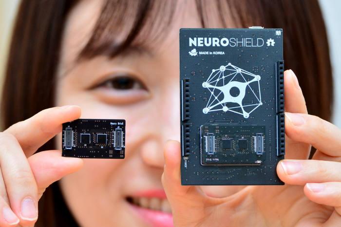 인텔, 퀄컴 등 주요 반도체 업체가 인공지능(AI) 구현에 특화된 칩 개발에 나서고 있다. 이미 화웨이가 자사가 개발한 신형 AP에 NPU를 접목해 공개한 가운데 국내 반도체 전문기업 네패스가 인공지능 뉴로모픽 칩을 상용화 했다. 6일 서울 서초동 네패스에서 연구원이 인공지능 칩 'NM500'(왼쪽)과 적용된 EV Kit 'NEURO SHIELD'를 소개하고 있다. 윤성혁기자 shyoon@etnews.com