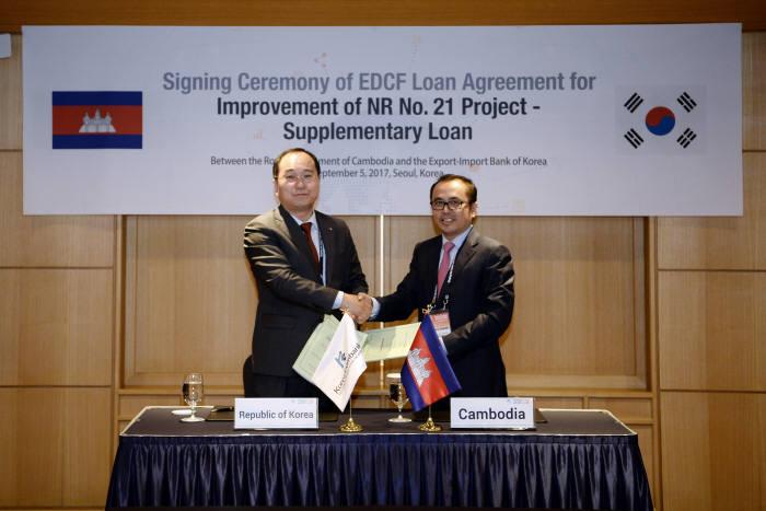 장영훈 수은 경제협력본부장(왼쪽)과 봉세이 비솟(Vonsey Vissoth) 캄보디아 재무부차관.