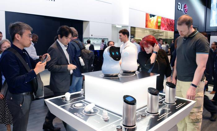 지난 1일부터 독일 베를린에서 열린 국제가전박람회(IFA) 2017) LG전자 스마트홈존. 관람객들이 LG전자 스마트홈 구성 요소인 스마트 센서와 기기를 보고 있다.