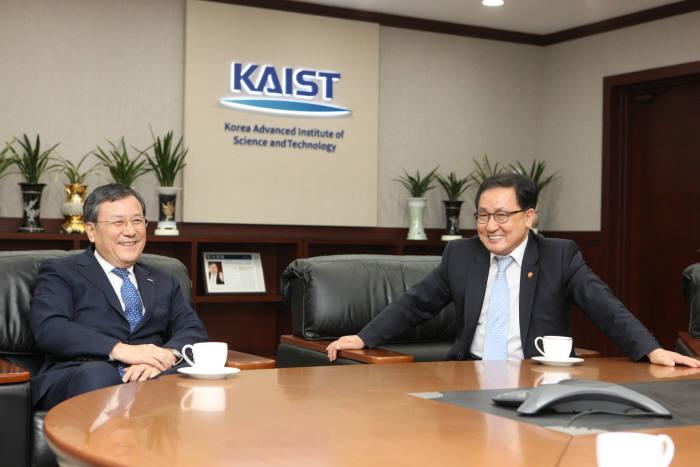 유영민 과학기술정보통신부 장관이 신성철 KAIST 총장과 면담을 하고 있다. 사진:과학기술정보통신부 제공