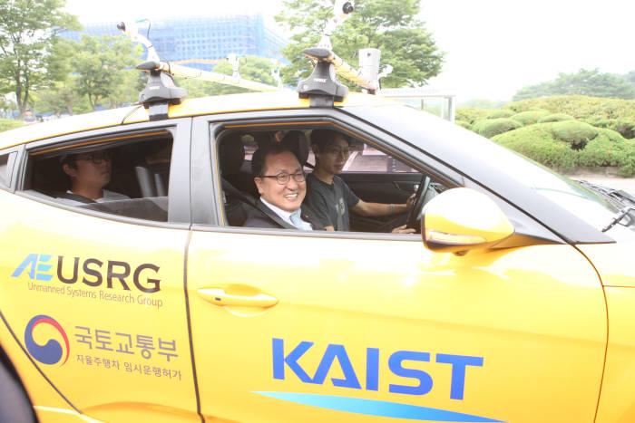 유영민 과학기술정보통신부 장관이 KAIST가 연구·개발 중인 자율주행차를 시승하고 있다.사진:과학기술정보통신부