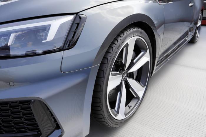 아우디 뉴 RS5 쿠페에 장착된 초고성능 타이어 '벤투스 S1 에보2'.