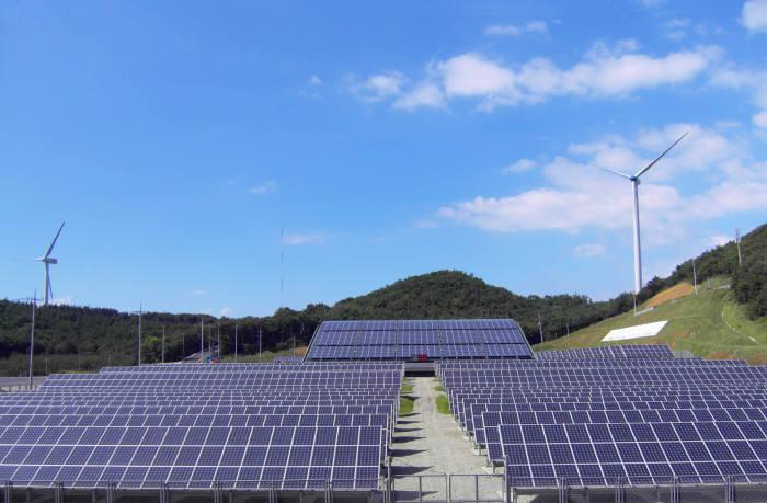 남동발전 영흥화력발전소 내 운영 중인 태양광 및 풍력발전소.