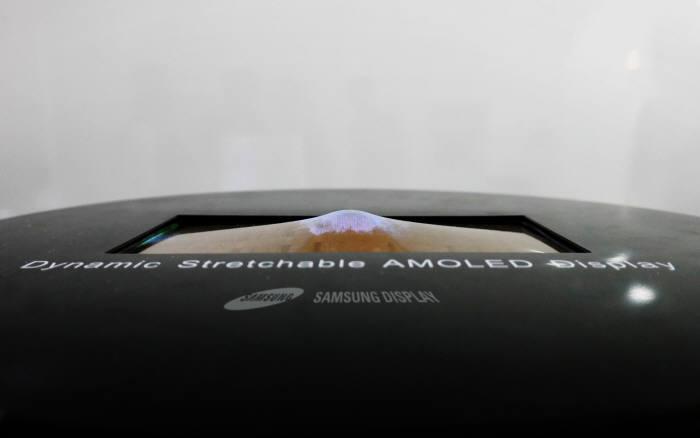 삼성디스플레이가 지난 5월 SID 2017 전시회에서 공개한 스트레처블 디스플레이. (사진=삼성디스플레이)