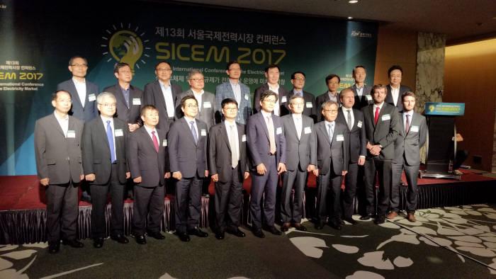'제13회 서울국제전력시장 컨퍼런스(SICEM 2017)'에 참석한 내빈들이 행사 시작에 앞서 기념촬영했다.