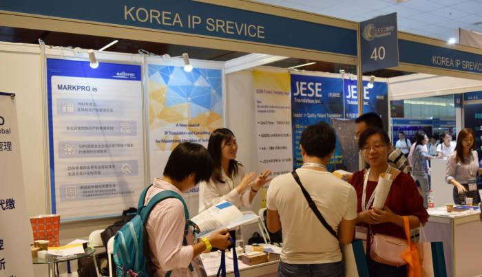 5일(현지시간) 중국 베이징 국가컨벤션센터에서 열린 특허콘퍼런스(CPAC) 전시장에 한국지식재산서비스협회가 마련한 공동홍보관에서 업체 관계자가 참관객을 상대로 설명하고 있다.