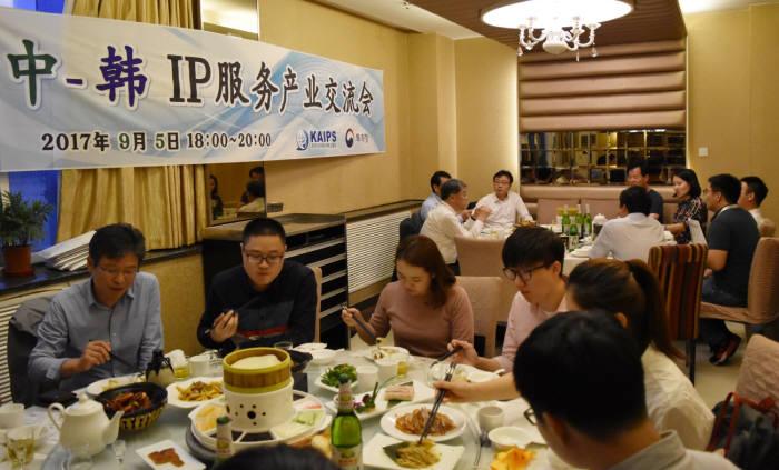 5일(현지시간) 중국 베이징 한 식당에서 열린 '한-중 IP서비스산업 교류회'에서 한국과 중국의 지식재산서비스산업 관계자들이 식사를 하고 있다.