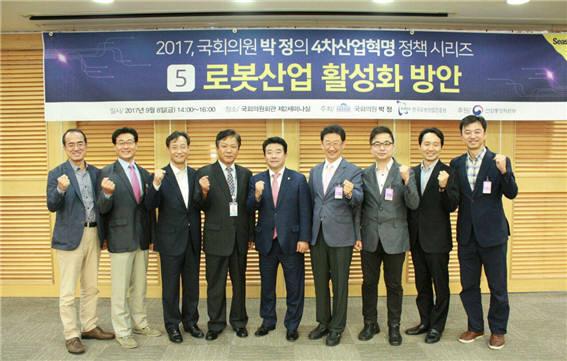 박정 더불어민주당 의원(사진 가운데)과 토론회 참석자들이 기념촬영했다.(사진=박정 더불어민주당 의원실)