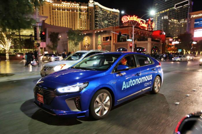 올해 1월 미국 라스베이거스 도심에서 아이오닉 자율주행차가 야간 자율주행 시연에 성공했다.