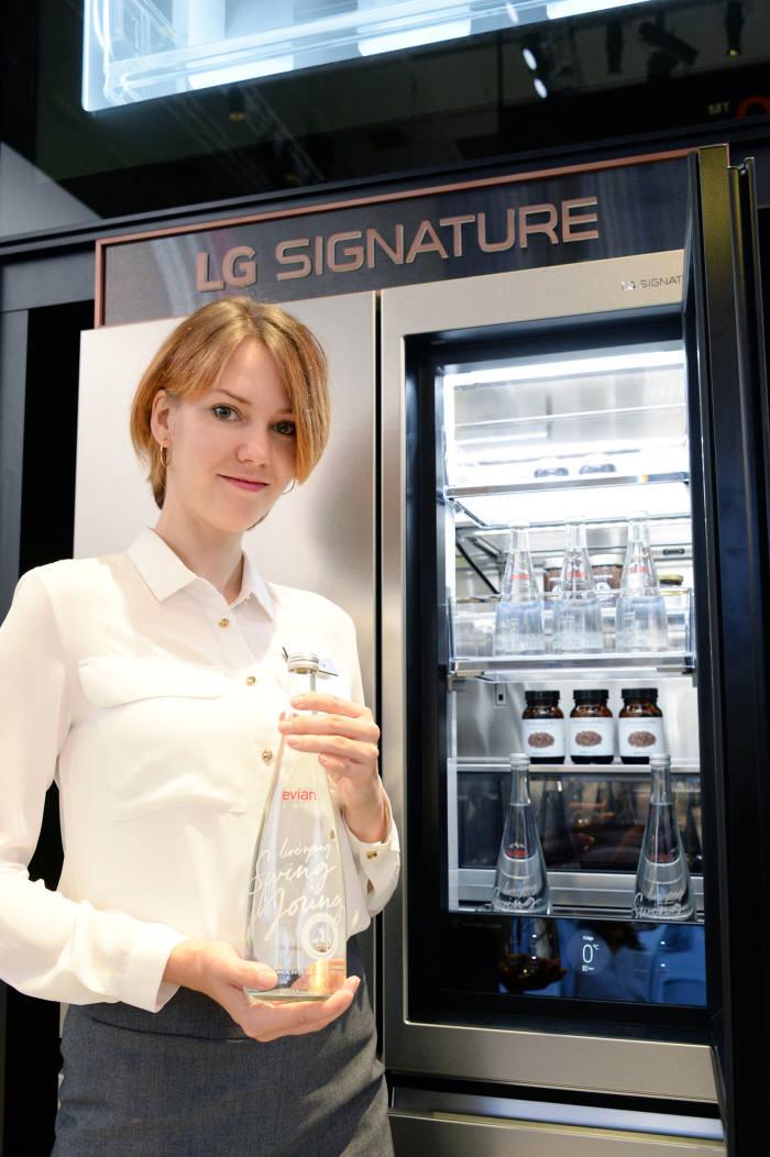 LG전자가 '에비앙 챔피언십' 메이저 스폰서 중 하나인 프리미엄 생수 브랜드 '에비앙'과 함께 'LG 시그니처'를 소개하는 마케팅을 펼친다. 1일부터 6일까지 독일 베를린에서 열린 'IFA 2017' 전시회에서 'LG 시그니처' 냉장고와 '에비앙' 음료들을 공동 전시했다.