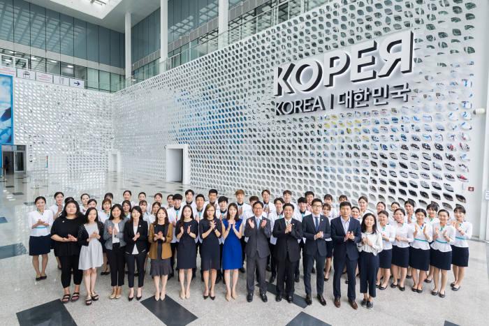 10일 아스타나엑스포 폐막을 앞두고 한국관 앞에서 진행요원들이 기념촬영을 하고 있다.