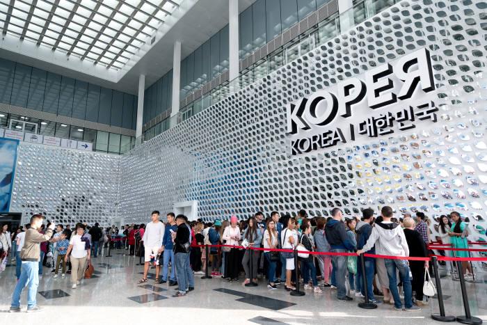 아스타나엑스포 한국관에 늘어선 입장대기 관람객, 매회 매진을 기록하며 한국관 평균 입장대기시간 60분이 소요됐다.