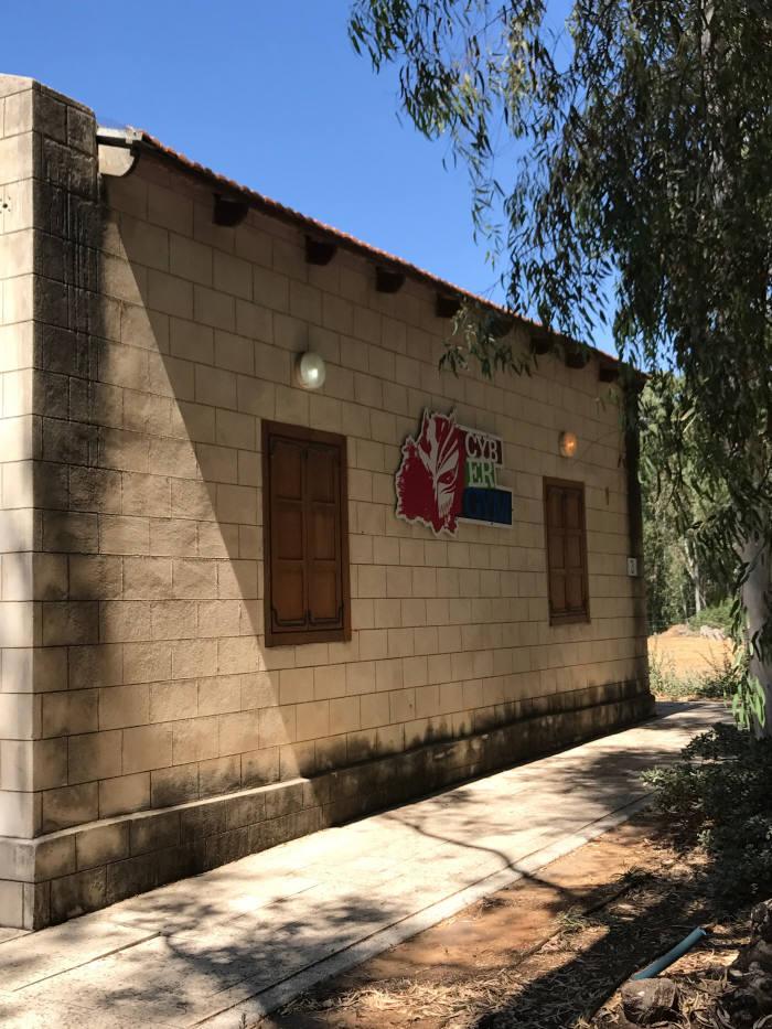 사이버짐은 과거 오렌지 농장 노동자 숙소를 훈련소로 만들었다.